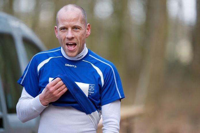 Mark Groeneweg uit Dieren passeert de finish als eerste in Beek en weet dat hij de eindzege in de winterbosloopcompetitie in de zak heeft. foto Jan van den Brink
