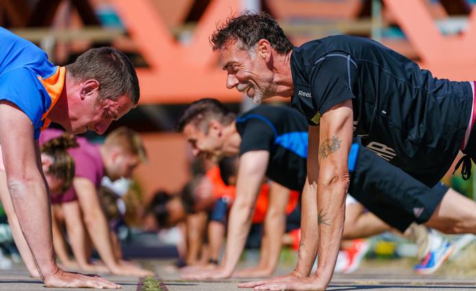 Personal trainer Arun Vernooij traint ambtenaren van de gemeente Rotterdam om fitter te worden.