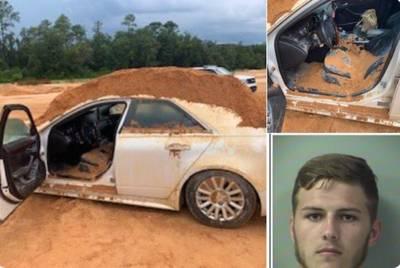 Sa petite amie refuse de lui parler, il recouvre sa voiture de sable