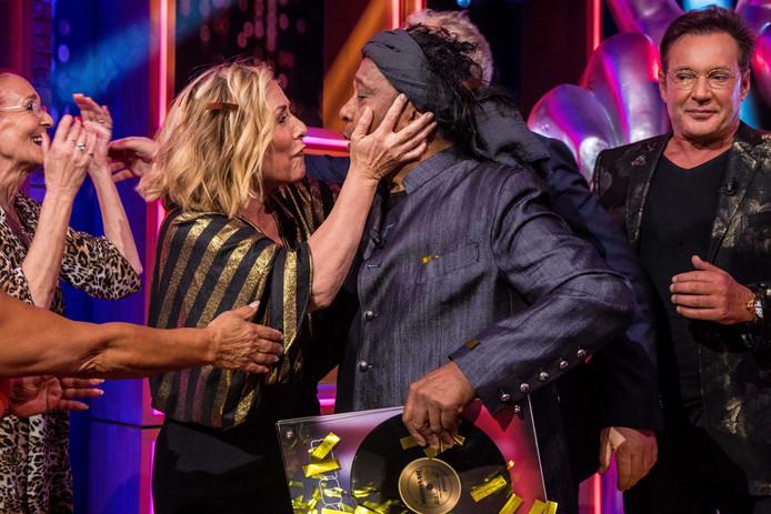 Angela Groothuizen en winnaar Jimi Bellmartin van The Voice Senior