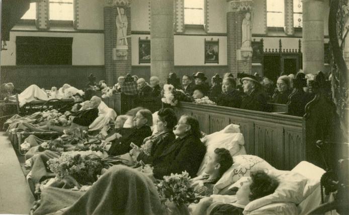 Zo ging het er in de beginjaren aan toe. Kerkbanken werden soms uit de kerk verwijderd om plaats te maken voor de bedden.