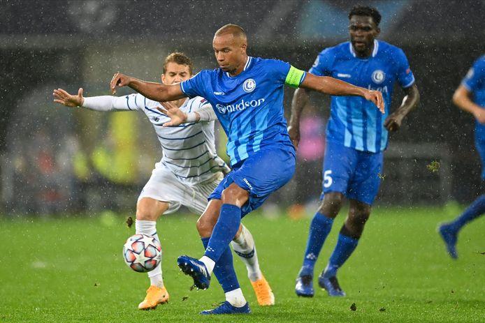 Vadis Odjidja (midden) in actie tegen Dynamo Kiev.