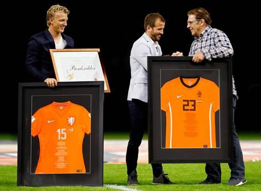 Willem van Hanegem geeft Rafael van der Vaart een stevige handdruk bij zijn afscheid als international. Links Dirk Kuyt.