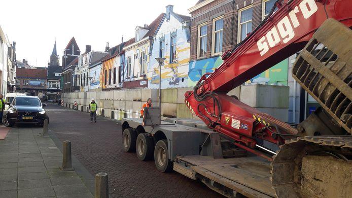 Sloopkraan van Sagro arriveert woensdag in de Nieuwstraat-Zuid in Terneuzen, heel voorzichtig, rechts de te slopen panden met de betonnen muur ervoor.