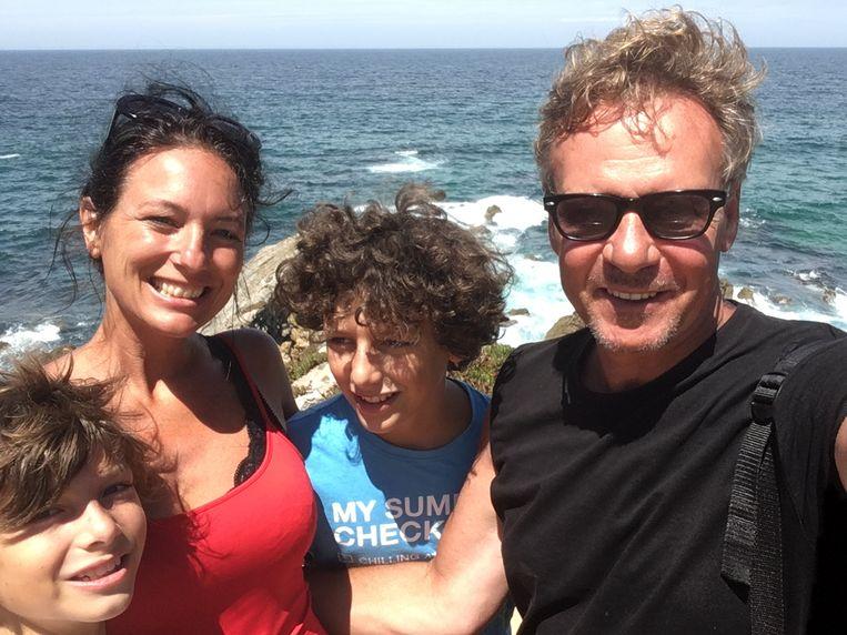 Karl Symons met partner Sara en de kinderen.
