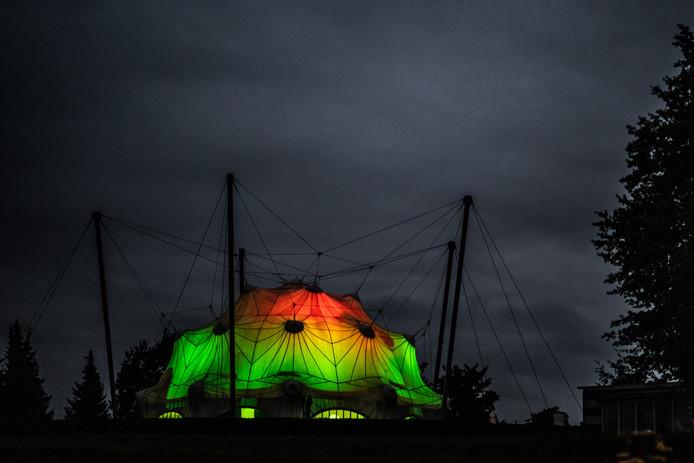 De erekoepel van het Bevrijdingsmuseum, die de vorm van een parachute heeft,  was tijdens de Vierdaagse verlicht in de Vierdaagsekleuren.