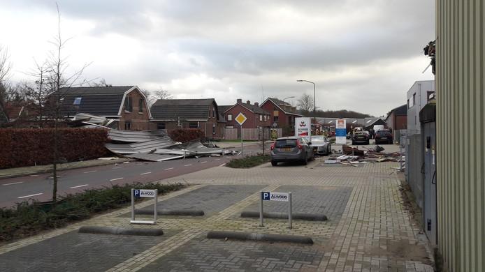 Bij een bedrijf in Terborg is het dak eraf gewaaid.