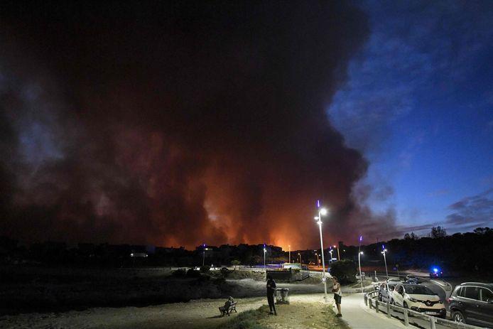 Drie Franse campings ten westen van Marseille ontruimd wegens felle brand.