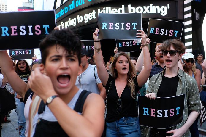 Op 26 juli demonstreerden mensen voor het carrièrecentrum van het Amerikaanse leger op  Times Square, New York. Zij waren boos op president Trump die had gezegd dat transgenders niet konden dienen in het leger.