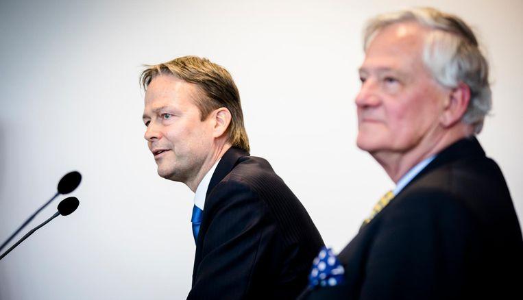 Boze aandeelhouders van Akzo kunnen naar de rechter te stappen om bijvoorbeeld het ontslag te eisen van Antony Burgmans, rechts op de foto. Links ziet u CEO Ton Buchner Beeld anp