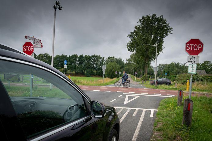 Gevaarlijke kruising van het snelfietspad met de Rijkerswoerdsestraat.