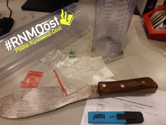 Het mes en de pillen dat de jonge jongen op zak had.