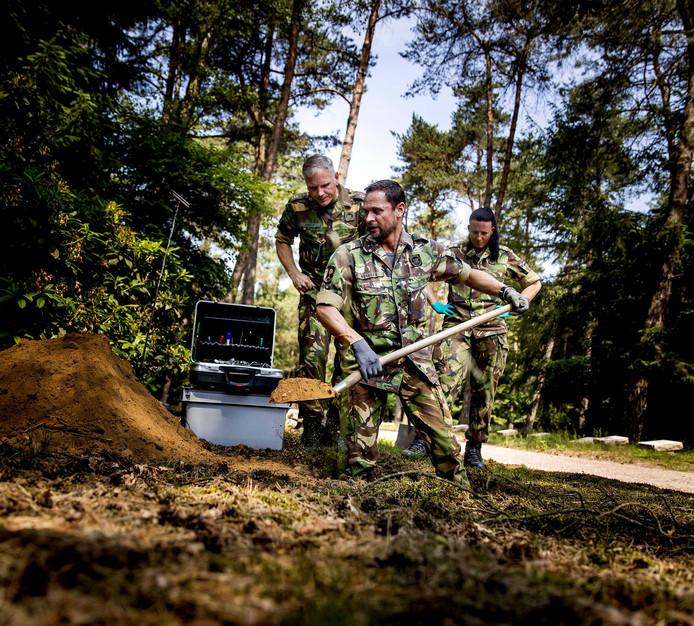 Een symbolische eerste opgraving op het Nationaal Ereveld Loenen. De Bergings- en Identificatiedienst Koninklijke Landmacht (BIDKL) gaat 103 onbekende doden opgraven en hen proberen alsnog te identificeren.