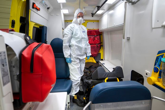 Chauffeur Janinka laat zien hoe ingepakt zij de ambulance in gaat.