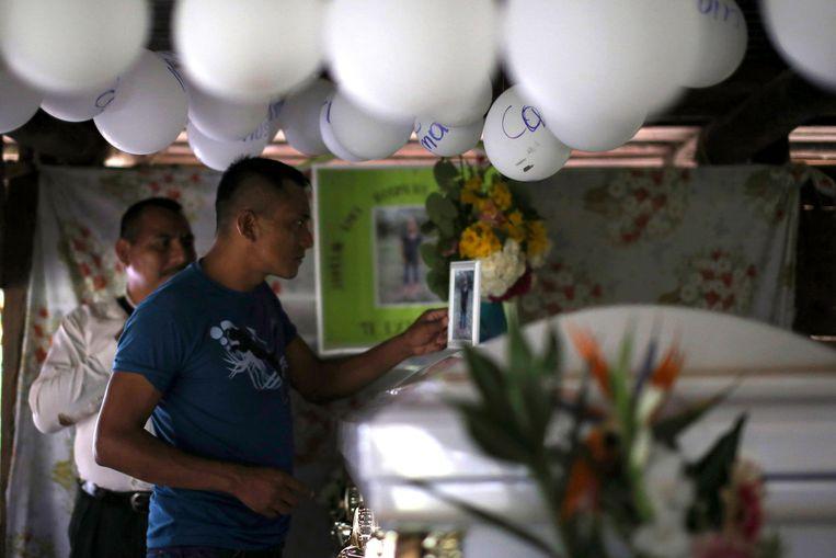 De dag voor Kerstmis houden familieleden en buren bij de kist en het geïmproviseerde herdenkingsaltaar een wake voor de overleden Jakelin.