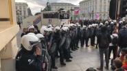 Politie pakt 113 klimaatactivisten Extinction Rebellion op, waterkanon ingezet om Koningsplein vrij te maken
