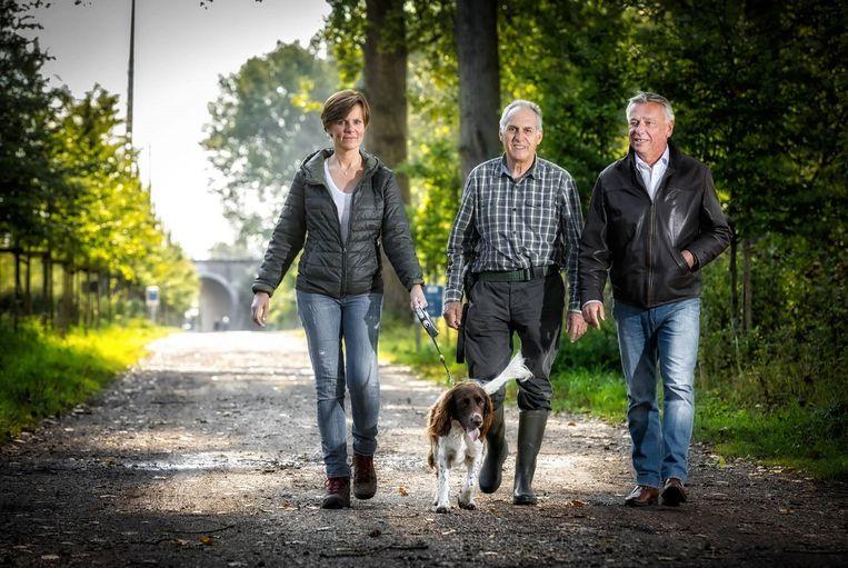 Patrick Dewael en Greet Op de Beeck wandelen samen met Kasper en conservator Roger Nijssen in de Kevie.