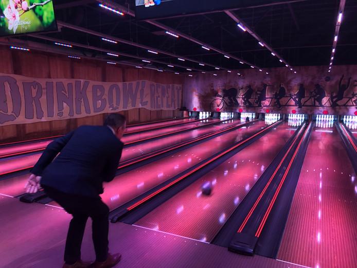 Fons Braks gooit de eerste bal in de nieuwe bowling van Uden.