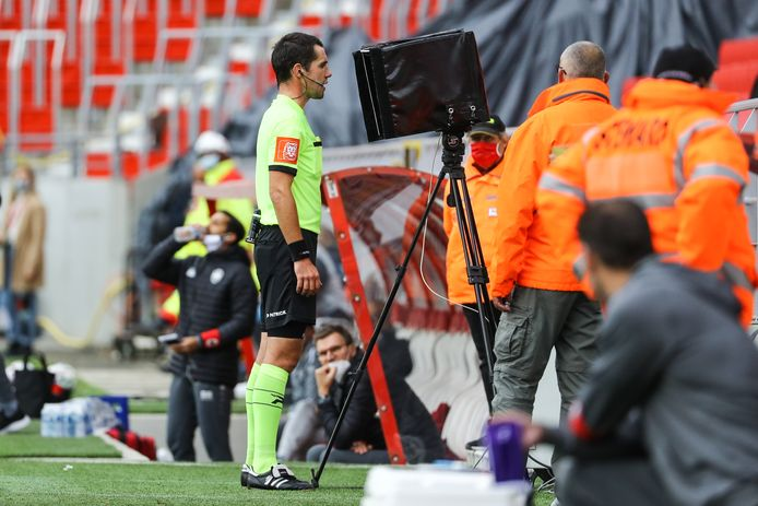 Rendre l'assistance vidéo accessible à tous les niveaux du football belge, c'est l'objectif de la FIFA.