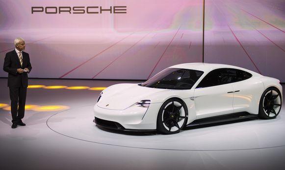 CEO van Porsche, Matthias Mueller, stelt de Mission E voor.