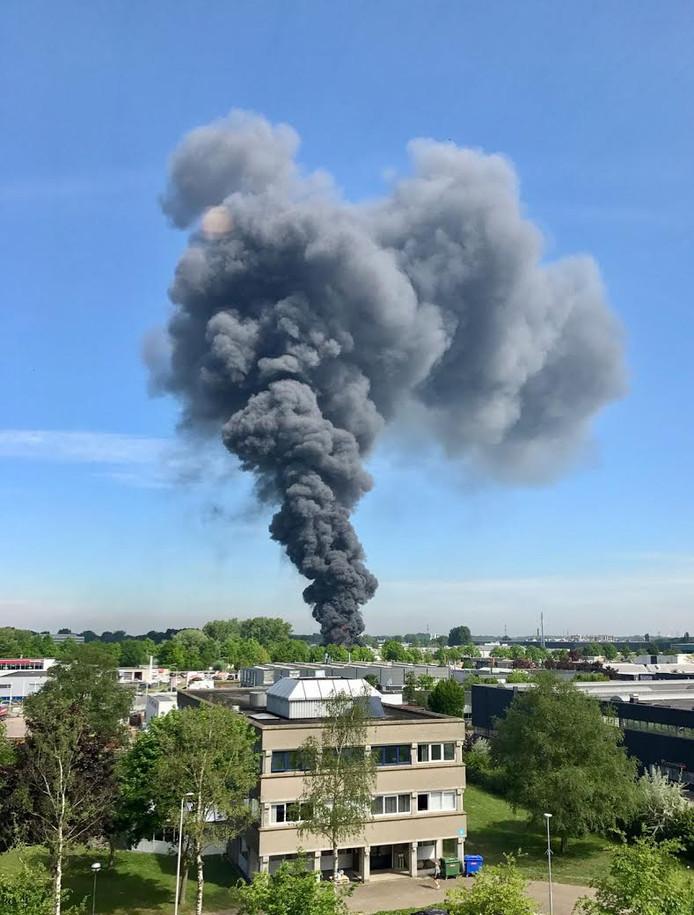 Enorme rookwolken boven Breda.