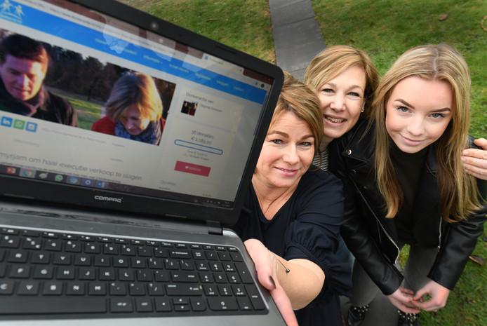 Dagmar Driessen en haar dochter Lauren (links en rechts) begonnen een crowdfundingsactie voor Myriam van de Langemaat (midden) en haalden na de eerste dag 6.830 euro op voor de weduwe die haar man aan zelfmoord verloor.