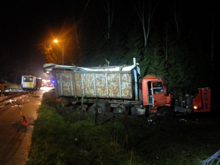 De vrachtwagen, die was geladen met een container, kwam tot stilstand in een weiland.