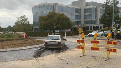 Oeps, signalisatie niet gezien? Auto rijdt zich vast in vers gegoten beton