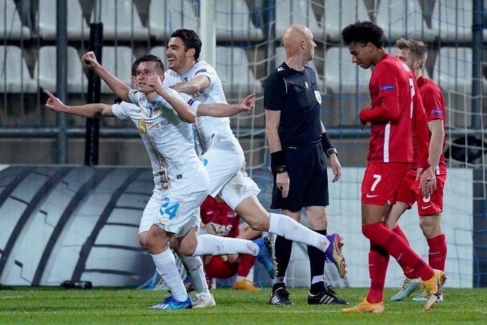 Daniel Stefulj, die eerder hard door Jesper Karlsson in het gezicht werd geraakt, viert de 2-1.