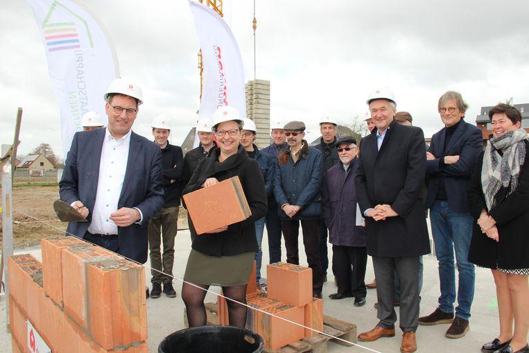 Voorzitter Stefaan Vercamer en directrice Jeanique Van Den Heede leggen de symbolische eerste steen van het nieuwbouwproject.