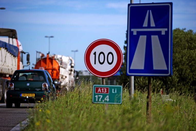 In Nederland wordt al overwogen om de maximumsnelheid op de snelweg te beperken tot 100 kilometer per uur.