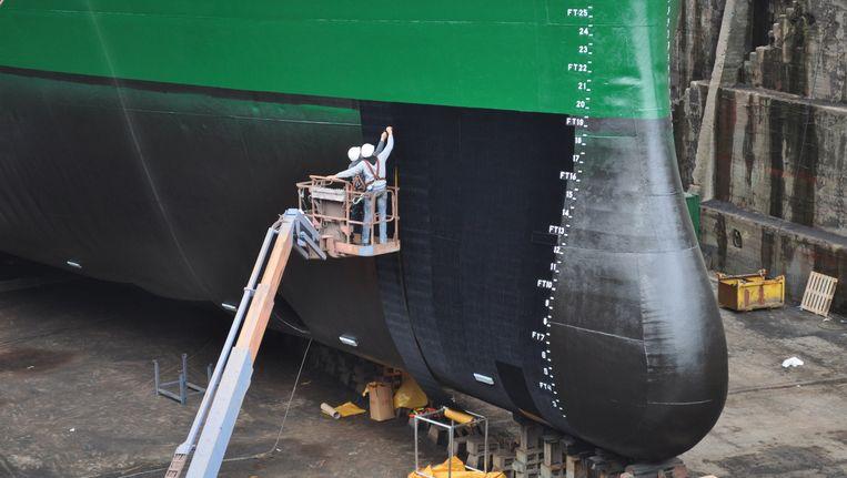 Folie wordt aangebracht op een schip. Beeld .