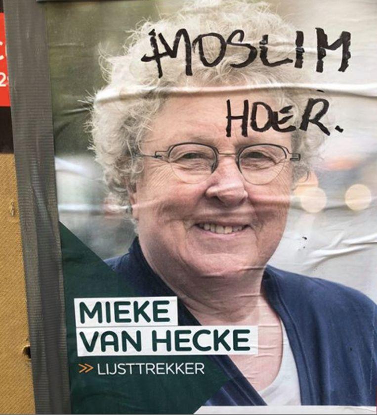 De affiche van Mieke Van Hecke werd beklad