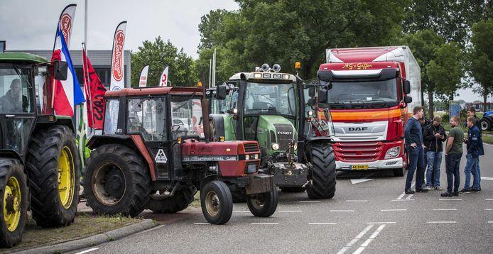 Boeren blokkeren het distributiecentrum van Albert Heijn in Zwolle.