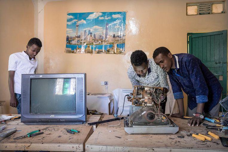 Bij jeugdcentrum SOSTA in Borama volgen steeds meer jongeren technieklessen. Beeld null