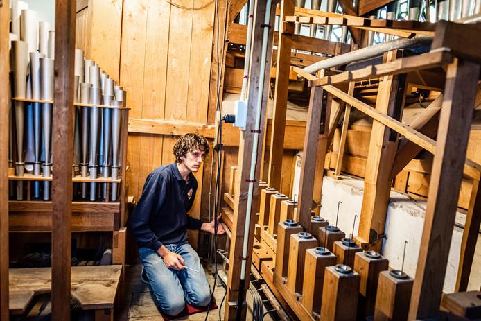 Arian Wimmenhove van de firma Elbertse is begonnen met de restauratie van het orgel in de Adventskerk.