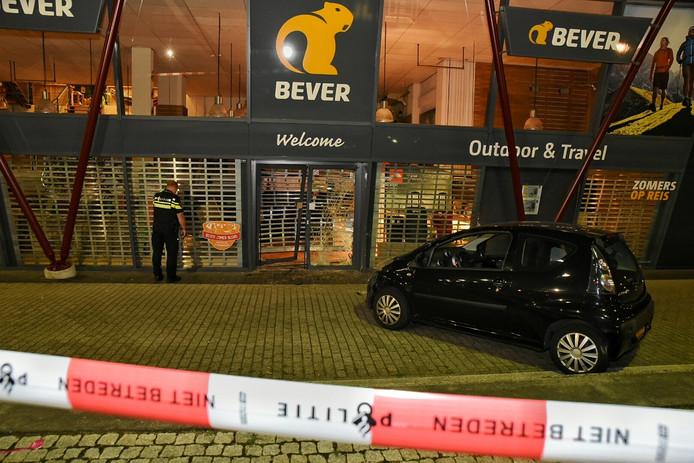 Ramkraak bij sportzaak Bever aan het Koningsplein in Tilburg.