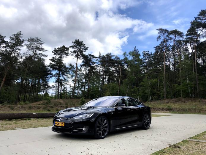 De zes jaar oude Tesla Model S staat er nog bij als nieuw.