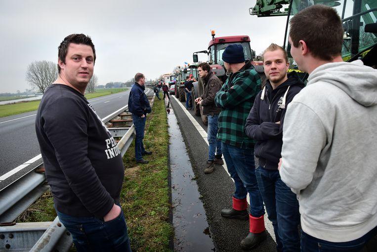 Boeren staan langs de snelweg.  Beeld null