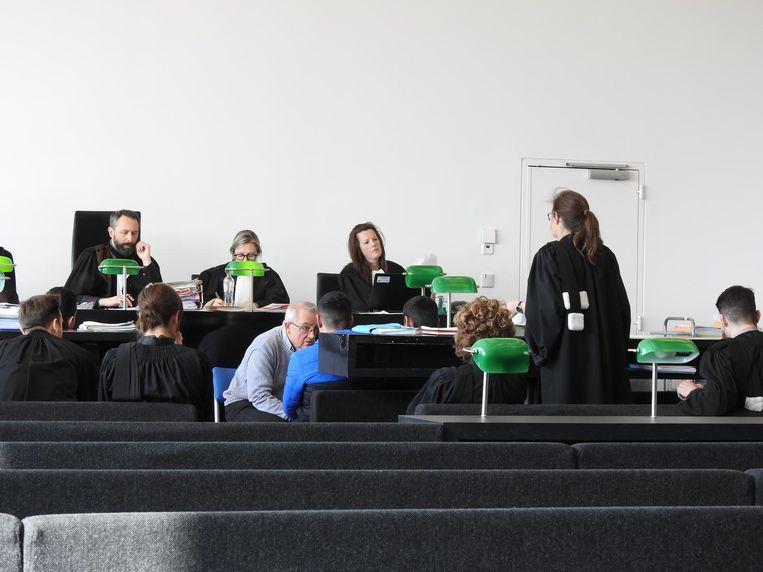 De bendeleden in gesprek met hun tolk, gisteren in de rechtbank in Gent.