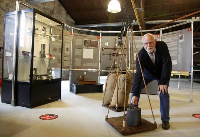 Bert Zandvoort, conservator van het Industrieel Museum Zeeland in Sas van Gent, demonstreert een oude weegschaal waar onder meer graan mee werd gewogen.