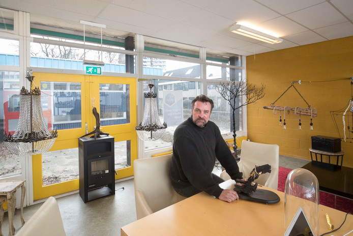 Peter Bot in zijn atelier in de school aan de Goudenstein in Ede.