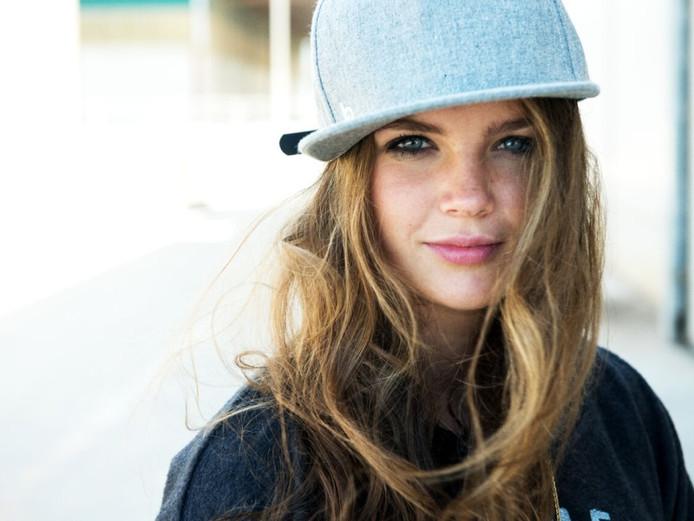 DJ Sophie Francis uit Sint-Oedenrode heeft een platencontract getekend bij Spinnin' Records.