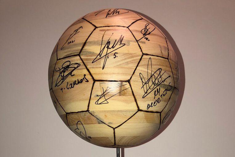De houten bal werd gesigneerd door de Rode Duivels die vorige week aan de aftrap stonden voor de match tegen Rusland.