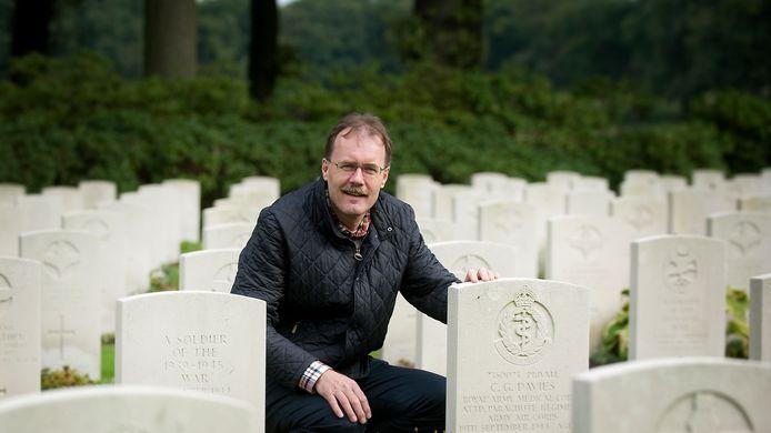 Eugène Wijnhoud op de Airborne Begraafplaats in Oosterbeek, in 2013.