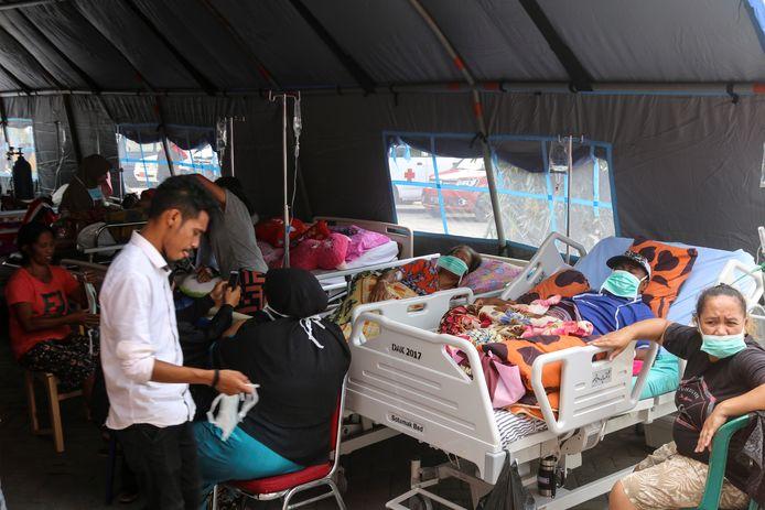 De slachtoffers van de aardbeving op de Molukken worden tijdelijk opgevangen in tentenkampen.