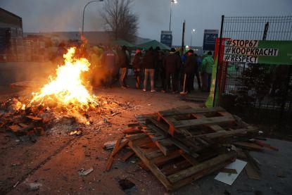"""""""Vakbonden spelen met vuur door in deze onzekere tijden bedrijven lam te leggen"""""""