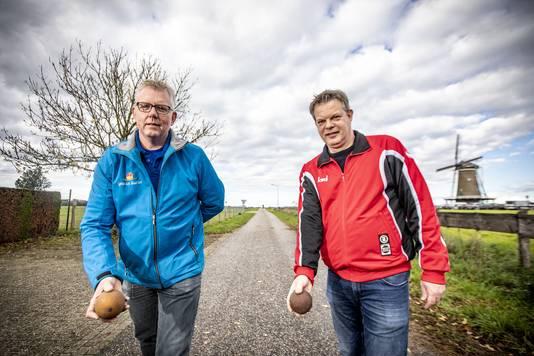 EKFN-voorzitter Freddie te Walvaart (l) en AKF-collega Harold Dolleman elk met een kloot in de aanslag op de Hontjerweg nabij de Hollandsche Molen op de Needse Berg.
