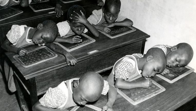 Mijnwerkerskinderen krijgen schrijfles in Belgisch Congo, 1950. Beeld Hollandse Hoogte