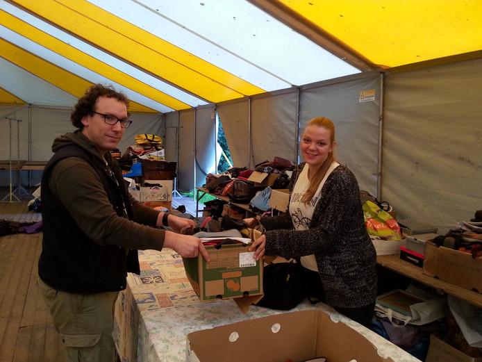 Farah van de Berg met Mathijs van Swam bij het sorteren van de schoenen